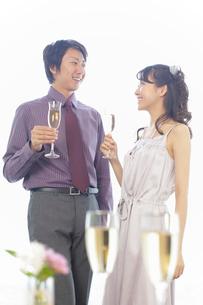 ワイングラスを持つ若い男性と女性の写真素材 [FYI02022775]