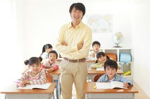 低学年のクラスを持つ先生の写真素材 [FYI02022827]