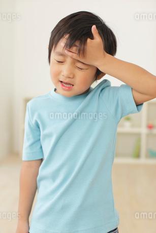 体調不良の男の子の写真素材 [FYI02022836]