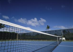 青空の下のテニスコートのネットの写真素材 [FYI02022838]
