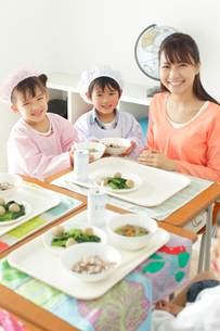 小学校の給食の時間の写真素材 [FYI02022843]