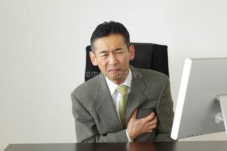 体調不良で苦しむ会社員の写真素材 [FYI02022863]