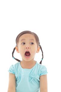 ビックリしている女の子のポートレートの写真素材 [FYI02022921]