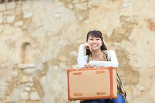 トランクを持つ若い女性の写真素材 [FYI02022959]