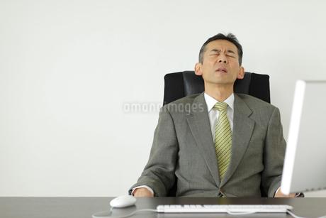 体調不良で苦しむ会社員の写真素材 [FYI02022983]
