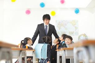 小学校入学の日の教室にての写真素材 [FYI02023044]