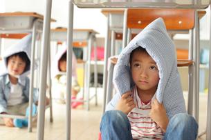 避難訓練をする小学生の子供達の写真素材 [FYI02023086]