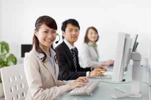 オフィスで働く若い男女の会社員の写真素材 [FYI02023121]