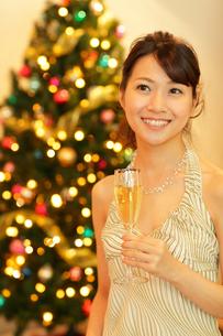 クリスマスパーティーを楽しむ女性の写真素材 [FYI02023132]