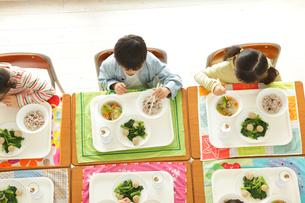 小学校の給食の時間の写真素材 [FYI02023157]