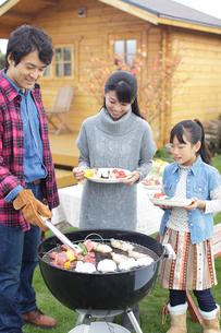 バーベキューをする家族の写真素材 [FYI02023238]