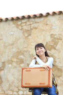 トランクを持つ若い女性の写真素材 [FYI02023247]