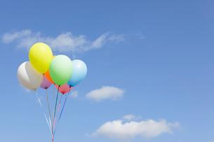 青空とカラフルな風船の写真素材 [FYI02023292]