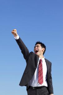 拳を上げるスーツ姿の男性の写真素材 [FYI02023355]