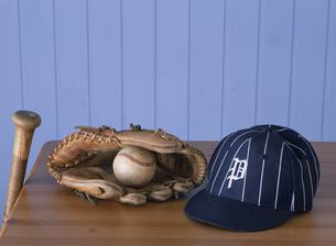 野球帽とグローブとバットの写真素材 [FYI02023416]