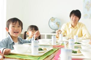 小学校の給食の時間の写真素材 [FYI02023450]