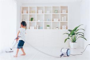 掃除機をかける女の子の写真素材 [FYI02023483]