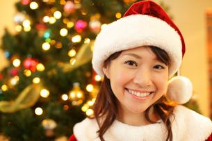 サンタクロースの恰好をした若い女性の写真素材 [FYI02023535]