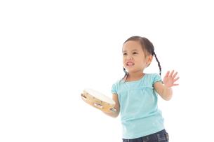 楽器を演奏する女の子の写真素材 [FYI02023550]