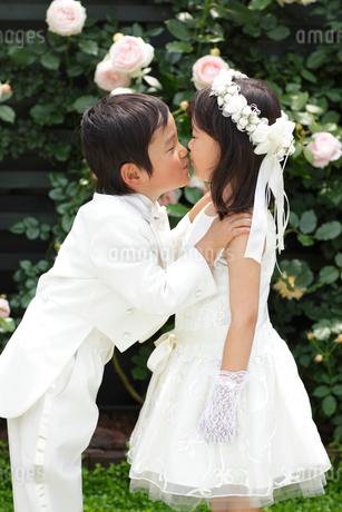 小さな恋人のガーデンウェディングの写真素材 [FYI02023558]