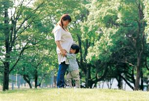 妊婦の母に抱きつく男の子の写真素材 [FYI02023566]
