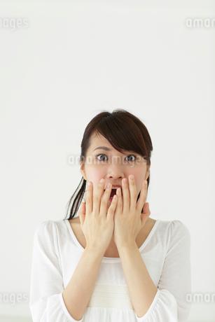 若い女性のポートレートの写真素材 [FYI02023607]