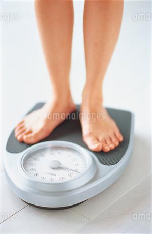 体重計に乗る女性の写真素材 [FYI02023618]