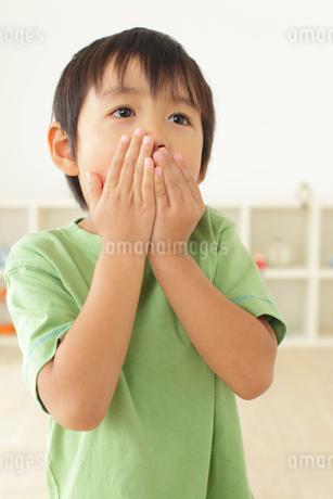 体調不良の男の子の写真素材 [FYI02023637]