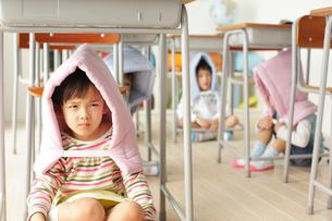 避難訓練をする小学生の子供達の写真素材 [FYI02023703]