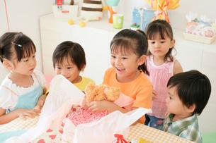 バースディパーティーをする子供たちの写真素材 [FYI02023723]