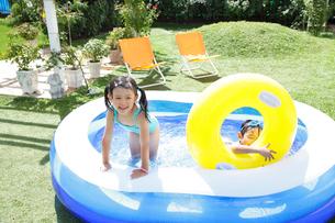 ビニールプールで遊ぶ子供の写真素材 [FYI02023759]