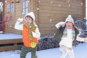 雪合戦をして遊ぶ男の子と女の子の写真素材 [FYI02023803]