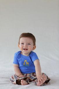 ベッドの上に座る赤ちゃんの写真素材 [FYI02023808]