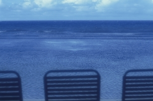 3脚のいすと海の地平線の写真素材 [FYI02023820]