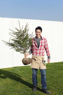 もみの木を持つ庭師の男性の写真素材 [FYI02023851]