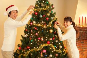 クリスマスを楽しむカップルの写真素材 [FYI02023858]