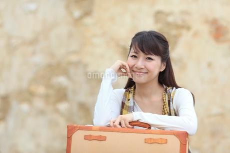 トランクを持つ若い女性の写真素材 [FYI02023980]