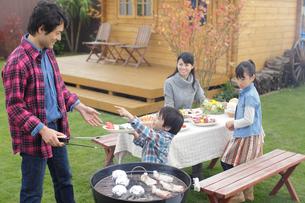 バーベキューをする家族の写真素材 [FYI02024004]