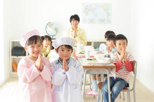 小学校の給食の時間の写真素材 [FYI02024049]
