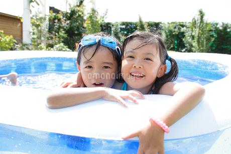 ビニールプールに入る子供のポートレートの写真素材 [FYI02024109]