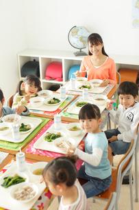小学校の給食の時間の写真素材 [FYI02024110]