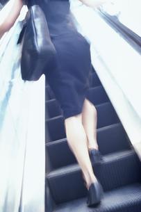 エスカレーターを上がる女性の写真素材 [FYI02024181]