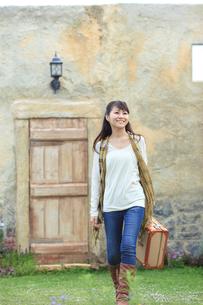 トランクを持ち旅行する若い女性の写真素材 [FYI02024187]