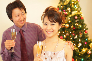 クリスマスパーティーを楽しむ若い男女の写真素材 [FYI02024193]