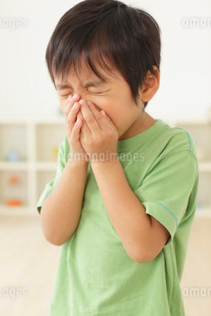 体調不良の男の子の写真素材 [FYI02024270]
