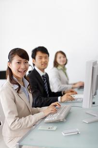 オフィスで働く若い男女の会社員の写真素材 [FYI02024303]