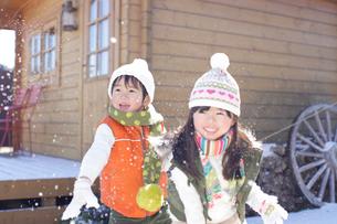 雪合戦をして遊ぶ男の子と女の子の写真素材 [FYI02024368]
