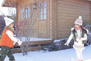 雪合戦をして遊ぶ男の子と女の子の写真素材 [FYI02024376]