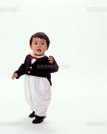 タキシードを着ている赤ちゃんの写真素材 [FYI02024430]