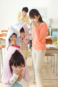 避難訓練をする小学生と先生の写真素材 [FYI02024443]